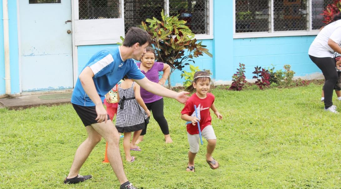 サモアの幼稚園でスポーツアクティビティをサポートするチャイルドケアボランティア
